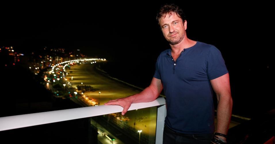 7.jul.2014 - Gerard Butler curte a paisagem da orla de Copacabana, na zona sul do Rio de Janeiro, durante uma festa no Budweiser Hotel Pestana na capital fluminense