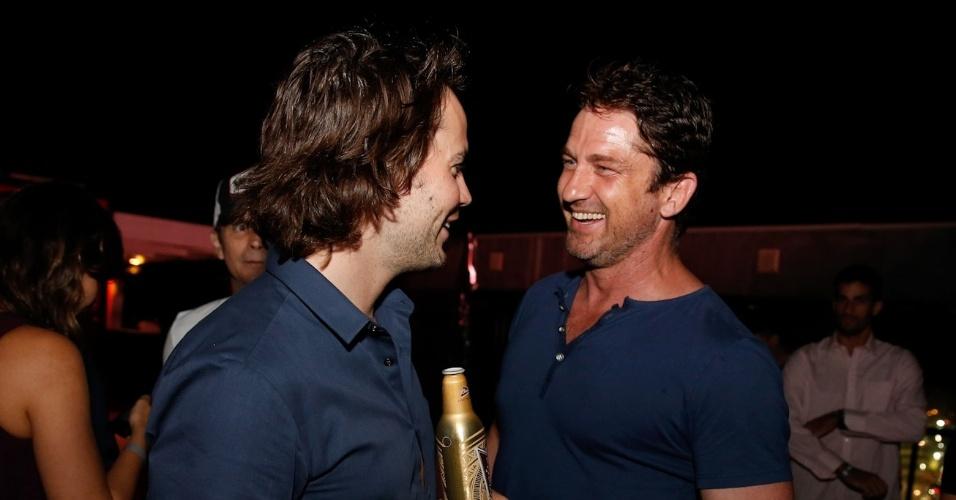7.jul.2014 - Gerard Butler e Taylor Kitsch se encontram em festa no Budweiser Hotel by Pestana em Copacabana, na zona sul do Rio de Janeiro, nesta segunda-feira