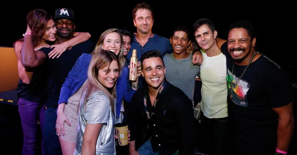 7.jul.2014 - O ator Gerard Butler é assediado por fãs em uma festa no Budweiser Hotel Pestana em Copacabana, na zona sul do Rio de Janeiro