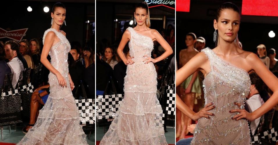7.jul.2014 - Yasmin Brunet desfila um vestido da nova coleção da estilista Lethicia Bronstein no Budweiser Hotel Pestana em Copacabana, na zona sul do Rio de Janeiro, na noite desta segunda-feira.