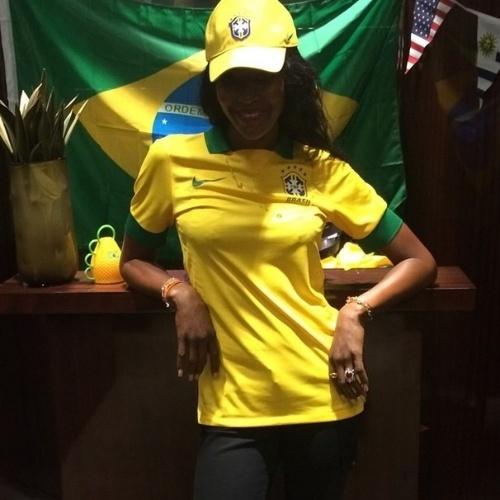 8.jul.2014 - A modelo Naomi Campbell vestiu camisa do Brasil para torcer pela seleção no jogo com a Alemanha