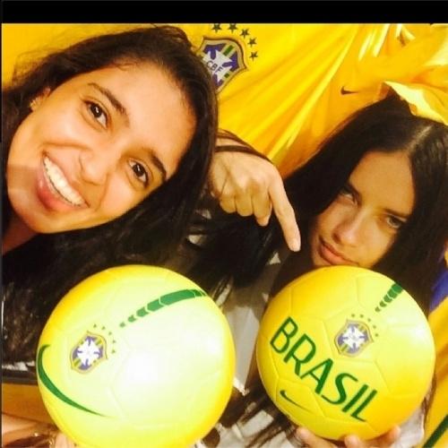 8.jul.2014 - Adriana Lima aponta para bola com o nome do Brasil