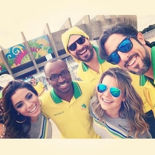 8.jul.2014 - Anitta, Thiaguinho, Thiago Lacerda, Marcos Mion e Fernada Souza posaram em frente ao estádio do Mineirão, em Belo Horizonte. Os artistas se reuniram para o jogo entre Brasil e Alemanha