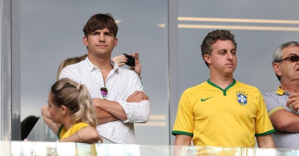 8.jul.2014 - Ashton Kutcher não conseguiu disfarçar a cara de descontentamento com a derrota do Brasil para a Alemanha durante jogo no Mineirão, em Belo Horizonte