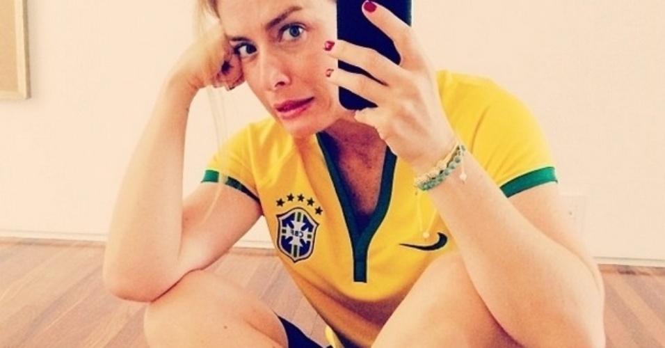 8.jul.2014 - Com a camisa do Brasil, Angélica diz que está nervosa para o jogo