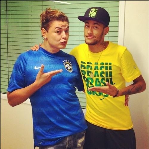 "8.jul.2014 - David Brazil posa com Neymar e diz: ""penúltimo degrau"""