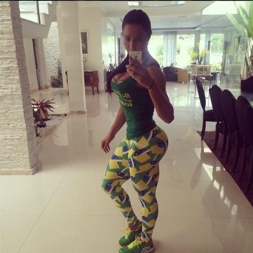 8.jul.2014 - Gracyanne Barbosa malha com look em homenagem ao Brasil