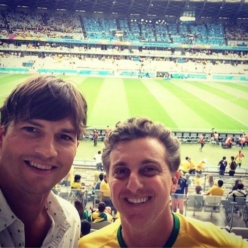 8.jul.2014 - Luciano Huck divulgou selfie ao lado de Ashton Kutcher no estádio do Mineirão, em Belo Horizonte. Amigos, eles se encontraram para a partida entre Brasil e Alemanha