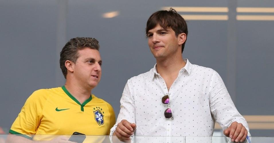 8.jul.2014 - Luciano Huck e Ashton Kutcher conversam antes da partida entre Brasil e Alemanha no Mineirão, em Belo Horizonte