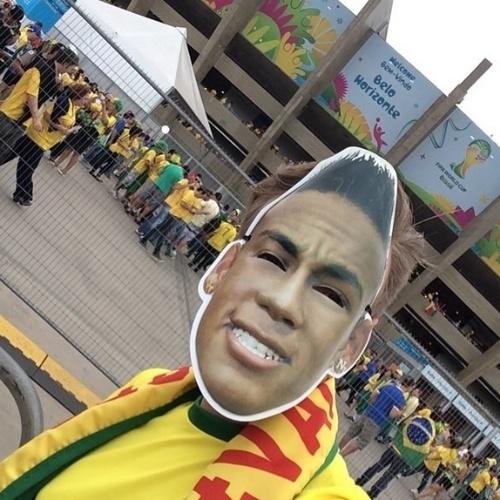 8.jul.2014 - No Mineirão para acompanhar o jogo entre Brasil e Alemanha, Michel Teló fez uma homenagem a Neymar e divulgou uma foto onde aparece usando uma máscara com o rosto do jogador. Neymar ficou dos últimos jogos após sofrer uma lesão