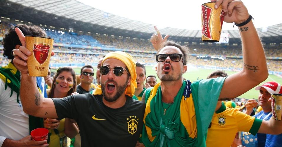 8.jul.2014 - Paulinho Vilhena e Bruno Gagliasso se divertiram na arquibancada do Mineirão, em Belo Horizonte, antes da partida entre Brasil e Alemanha