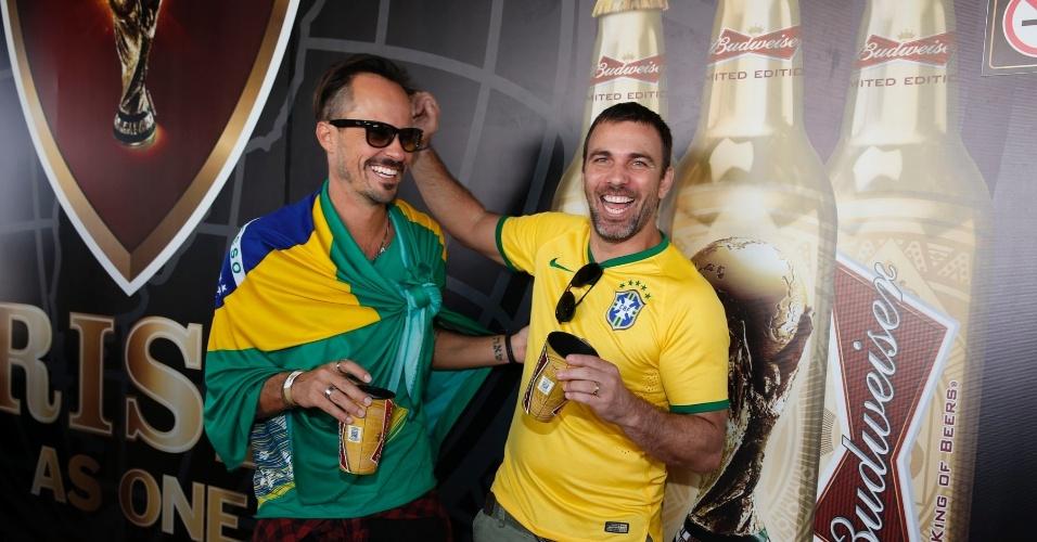8.jul.2014 - Paulinho Vilhena e Marcelo Farias se divertem antes da partida entre Brasil e Alemanha no Mineirão, em Belo Horizonte