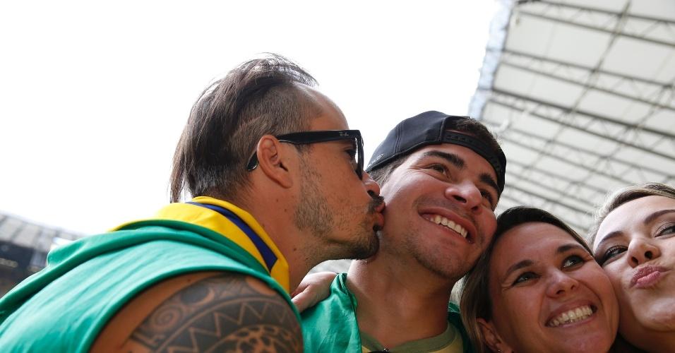 8.jul.2014 - Paulinho Vilhena e Thiago Martins se divertiram na arquibancada do Mineirão, em Belo Horizonte, antes da partida entre Brasil e Alemanha