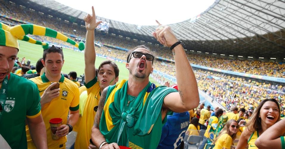 8.jul.2014 - Paulinho Vilhena gritou na arquibancada do Mineirão, em Belo Horizonte, antes da partida entre Brasil e Alemanha