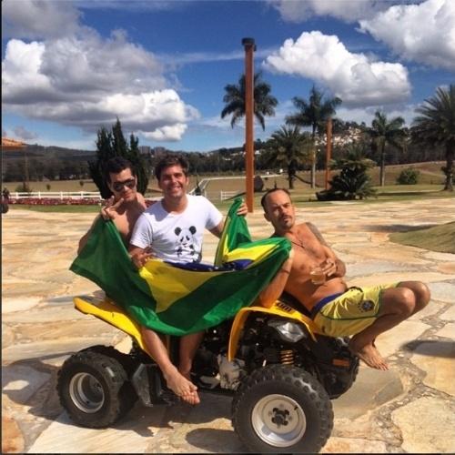 8.jul.2014 - Thiago Gagliasso vai para o Mineirão com Thiago Martins e Paulo Vilhena