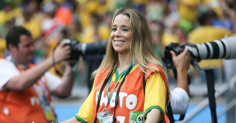 8.jul.2014 - Vestindo colete e credencial da imprensa, Danielle Winits fotografou o estádio do Mineirão, em Belo Horizonte, antes da partida entre Brasil e Alemanha