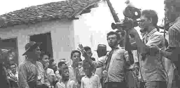 """Glauber Rocha, de camisa aberta, dirige uma cena de """"Deus e o Diabo na Terra do Sol"""", em 1963 - Divulgação - Divulgação"""