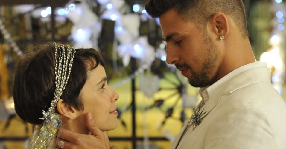 """Nina (Débora Falabella) e Jorginho (Cauã Reymond) se casam no lixão de """"Avenida Brasil"""""""