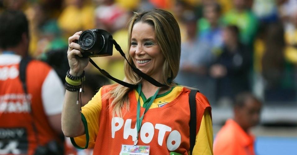 8.jul2014 - Com colete de fotógrafa, Danielle Winits assiste à semifinal Brasil e Alemanha no Mineirão, em Belo Horizonte