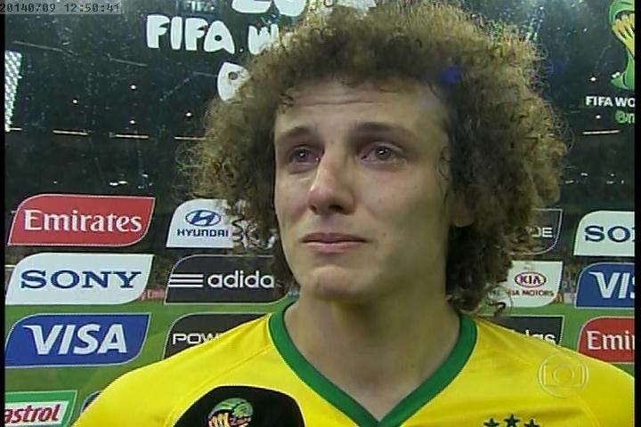 8.jul.29014 - David Luiz chorou ao falar com repórteres após derrota do Brasil