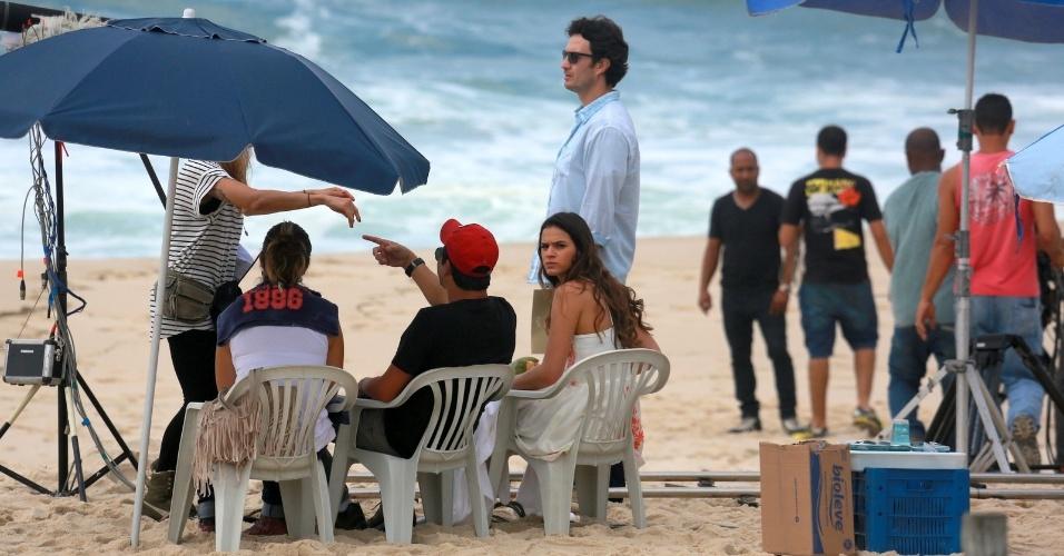 """9.jul.2014 - Bruna Marquezine faz cara de brava ao perceber o paparazzo durante gravação de cena da novela """"Em Família"""" na praia Recreio dos Bandeirantes, no Rio de Janeiro"""