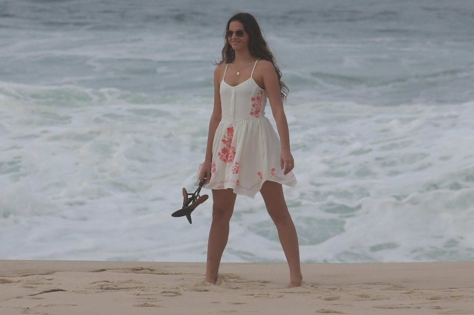 9.jul.2014 - Bruna Marquezine grava cena como Luiza na praia Recreio dos Bandeirantes, no Rio, para a novela
