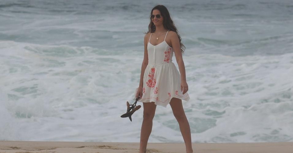 """9.jul.2014 - Bruna Marquezine grava cena como Luiza na praia Recreio dos Bandeirantes, no Rio, para a novela """"Em Família"""""""