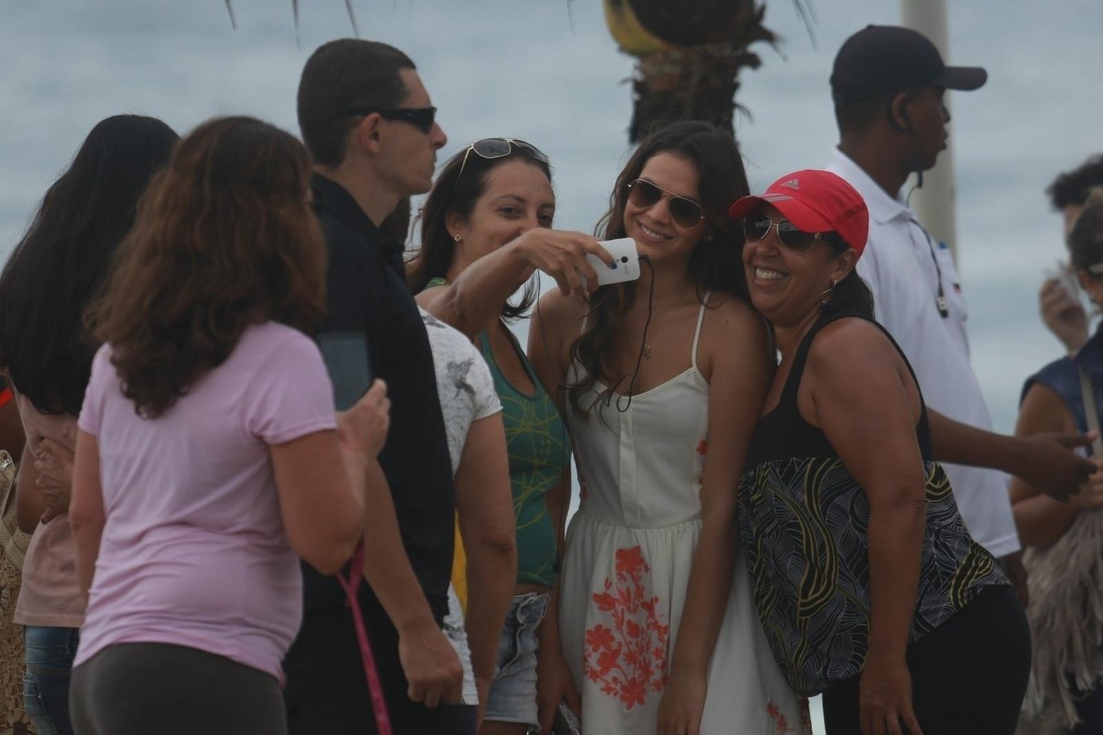 9.jul.2014 - Fãs cercam Bruna Marquezine, que faz pausa para tirar fotos com eles. Atriz gravou cenas dos últimos capítulos de