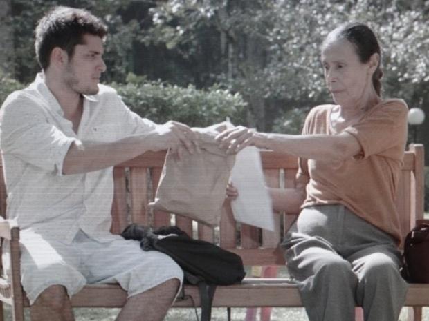 André cede e dá dinheiro para Heloísa em troca de foto da mãe