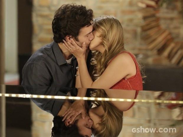 Laerte dá beijo em Lívia quando ela o acompanhe no piano