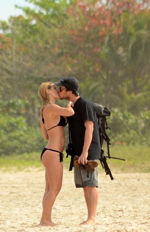 10.jul.2014 - Carolina Dieckmann beija o marido na praia de Geribá, em Búzios (RJ)