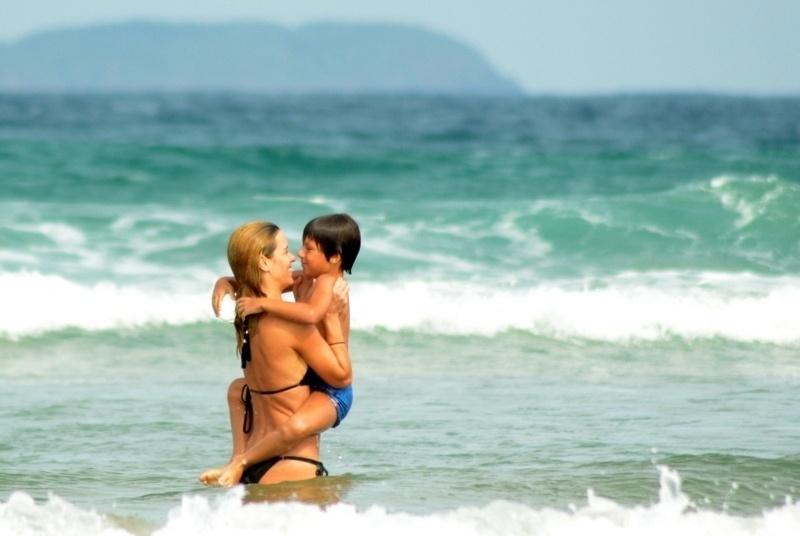 10.jul.2014 - Carolina Dieckmann pega o filho caçula, José, no colo durante mergulho na praia de Geribá, em Búzios (RJ)