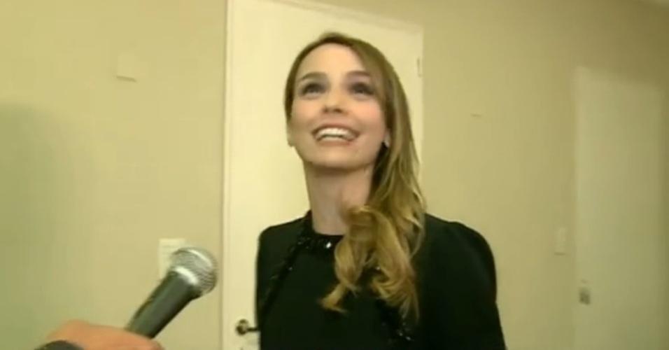 10.jul.2014 - Débora Falabella se diverte ao comentar dublagem em espanhol de