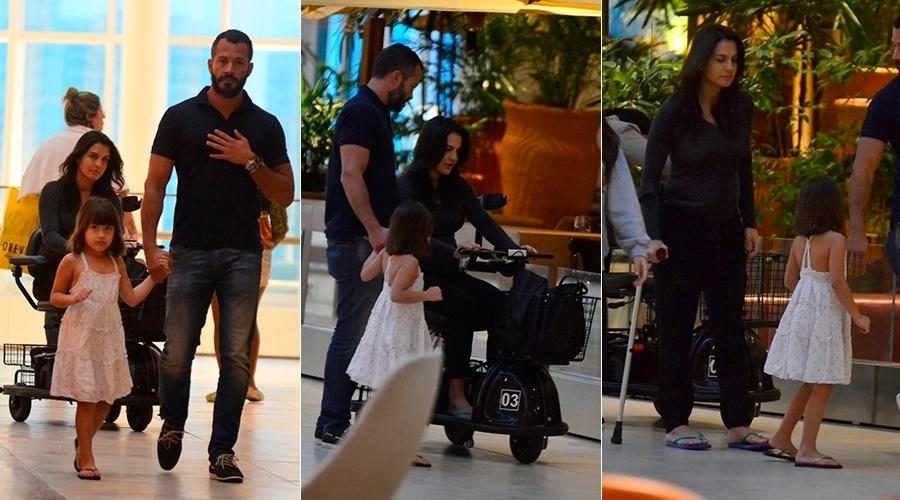 10.jul.2014 - Malvino Salvador passeou com a mulher, Kyra Gracie, e com a filha, Sofia, em um shopping da zona oeste do Rio.