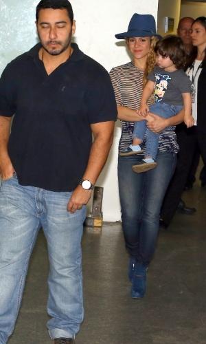 10.jul.2014 - Shakira desembarca com o filho Milan no aeroporto internacional do Rio de Janeiro. A Colombiana, casa com o jogador de futebol espanhol Piqué, cantará no encerramento da Copa do Mundo no dia 13 de julho