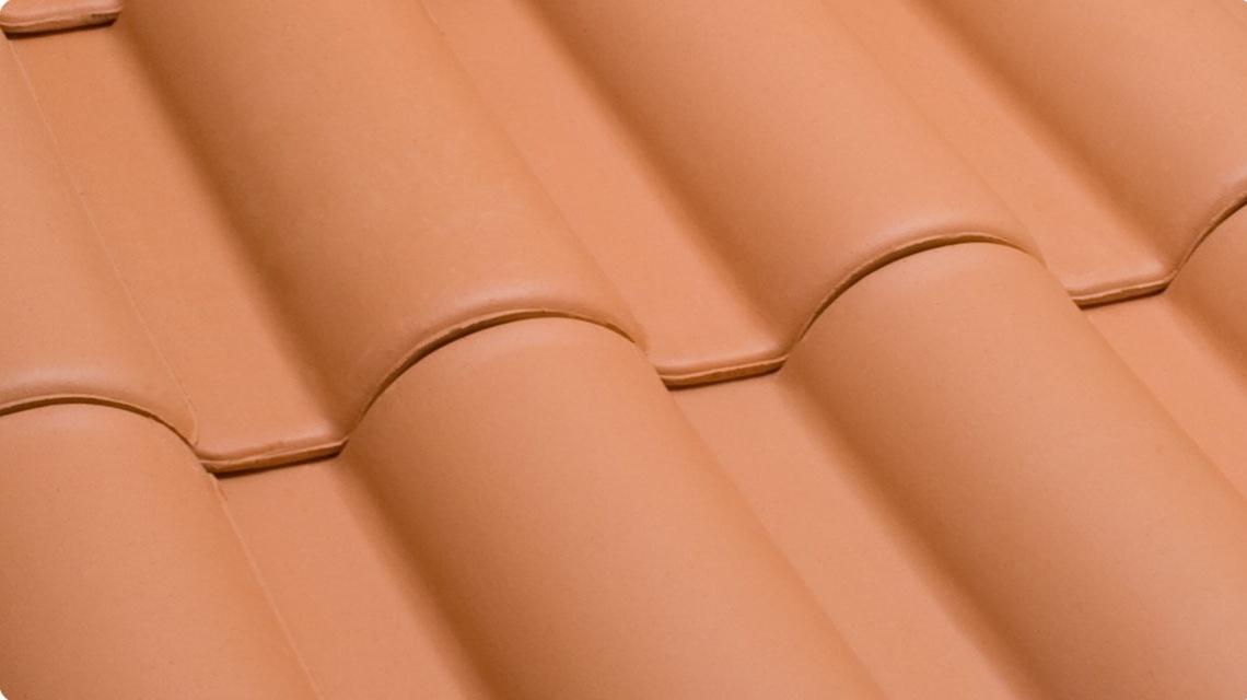 A telha de cerâmica, modelo americano, é fabricada pela Cerâmica Laranjal Paulista e comercializada pela Kitamura Telhas (www.kitamuratelhas.com.br). O metro quadrado do produto, com acabamento natural, sai por R$ 15 I Preços pesquisados em julho de 2014 e sujeitos a alterações