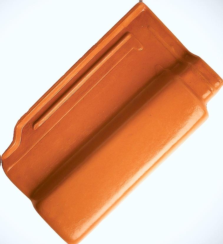 A telha Euro 10, da Eurotop, é fabricada em cerâmica resinada e mede 46,5 cm por 28 cm por 6,29 cm. A peça tem peso médio de 3,6 kg e pode ser comprada na Pinezi (www.pinezi.com) por R$ 1,50 (a unidade) I Preços pesquisados em julho de 2014 e sujeitos a alterações