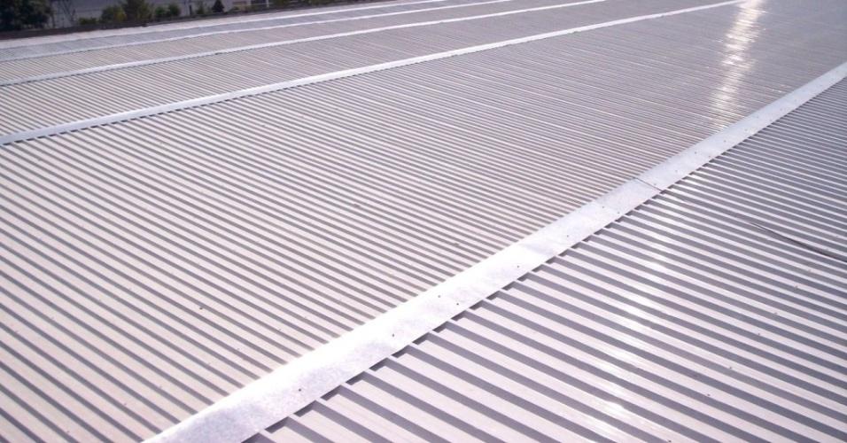 As telhas metálicas da Santo André (www.sandre.com.br) são feitas de aço e comercializadas nos modelos trapezoidal (foto) e ondulada. O preço sugerido para peça na espessura 0,43 mm, com acabamento Galvalume, é R$ 19,09 (o metro) I Preços pesquisados em julho de 2014 e sujeitos a alterações