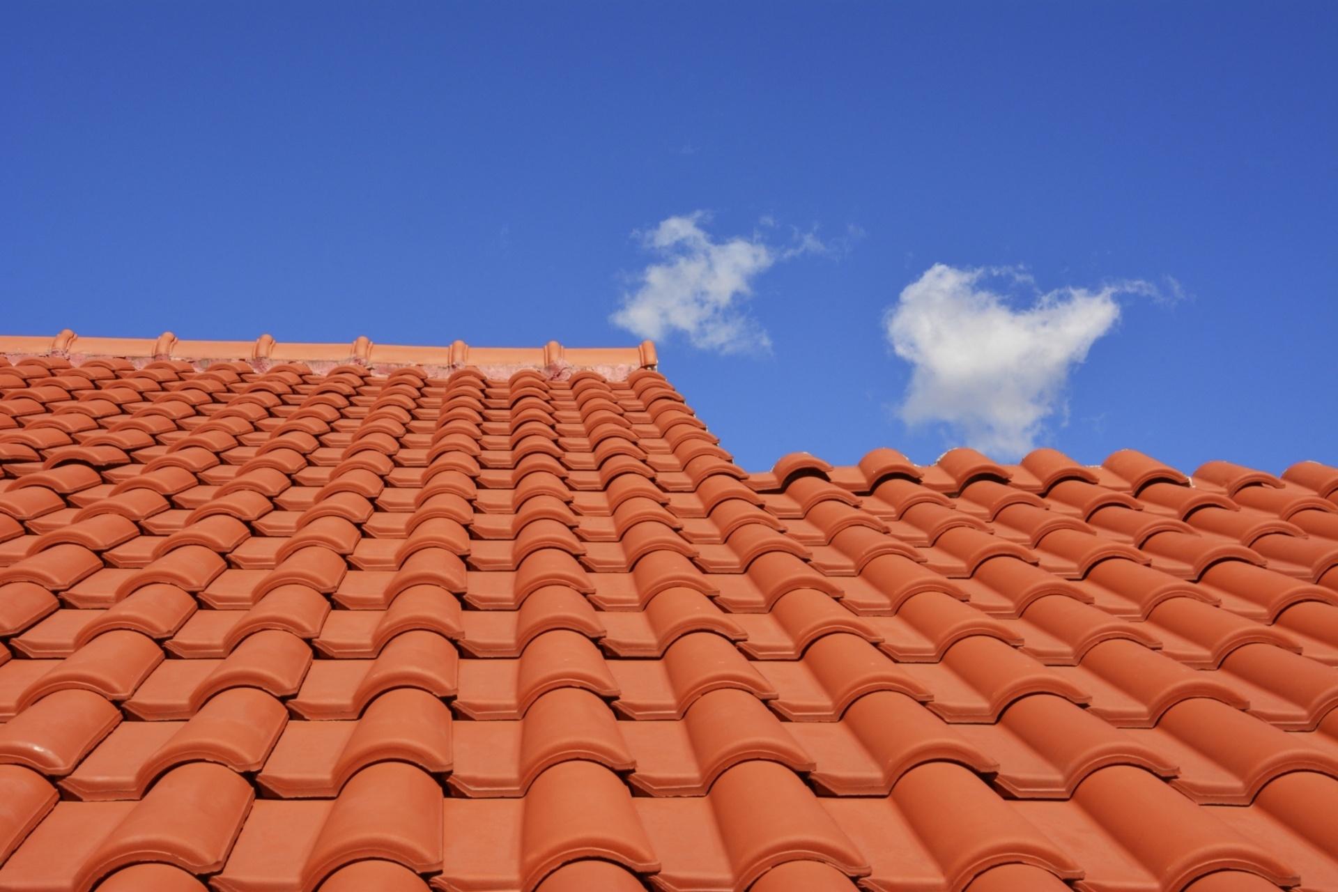 Telhas cerâmicas - As telhas de menor tamanho como as feitas de cerâmica são comumente usadas em telhados de construções residenciais