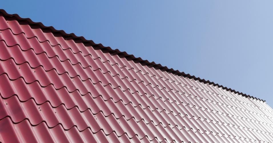 elhas metálicas e termoacústicas - Com grandes dimensões, as telhas metálicas são usadas, de modo geral, em edificações comerciais e industriais que não possuem muitos pilares