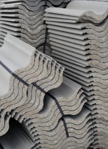 Telhas de concreto e de fibrocimento - As telhas de concreto demandam um ripamento mais reforçado e de espessura maior por serem mais pesadas