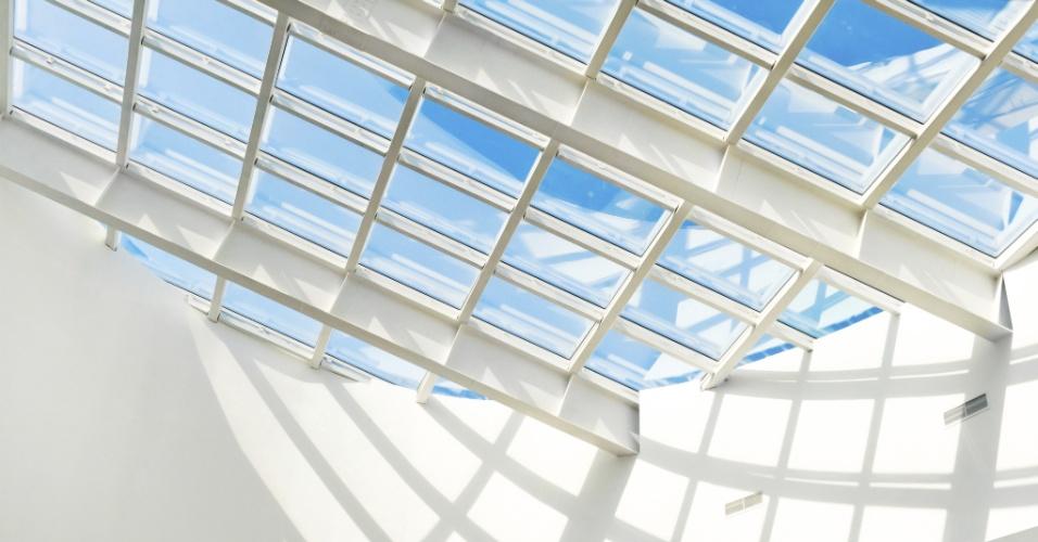 Telhas de vidro e de policarbonato - Além das telhas de cerâmica, concreto e fibrocimento, existem no mercado peças fabricadas de vidro que permitem a passagem de luz natural, têm efeito decorativo e são comercializadas nos mesmos modelos das de barro