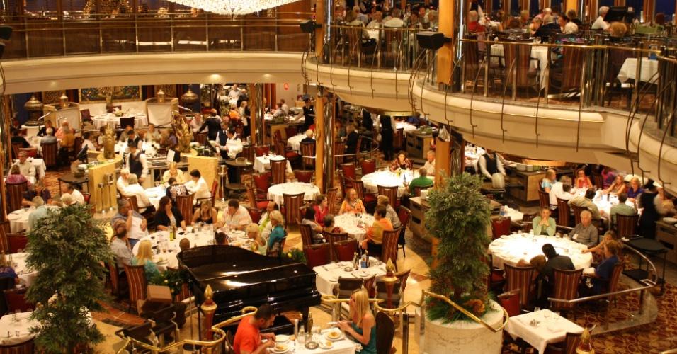 Vista do restaurante principal do Splendour of the Seas durante cruzeiro de travessia no final da temporada 2013/2014