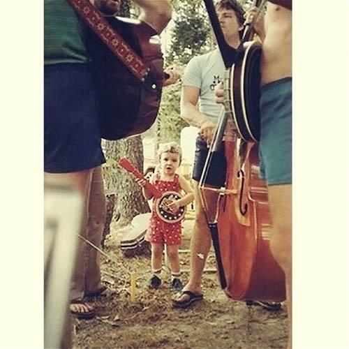 10.jul.2014 - Em foto de criança, Justin Timberlake aparece tocando um mini banjo
