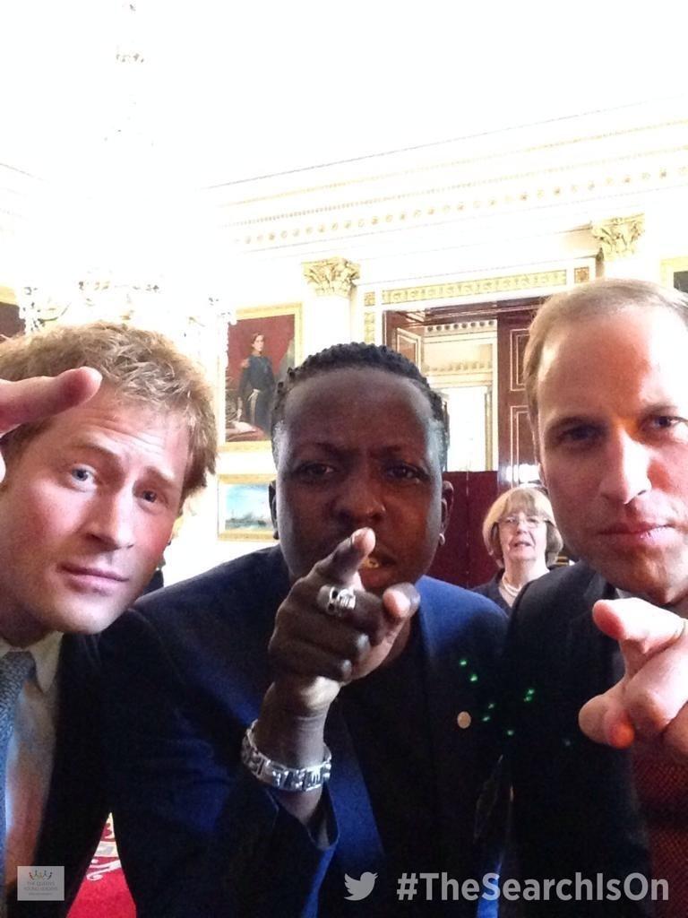 10.jul.2014 - Harry e William posam para primeira selfie oficial