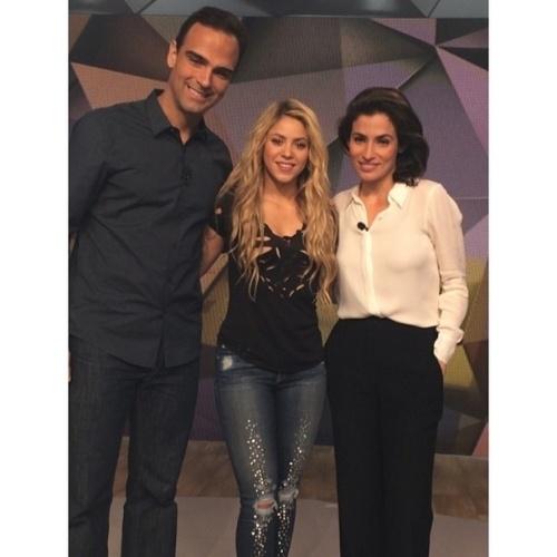 """11.jul.2014 - A cantora Shakira fez um pocket show no programa """"Fantástico"""" e mostrou no Instagram uma foto com os apresentadores Tadeu Schimidt e Renata Vasconcelos. Na legenda da imagem, a colombiana escreveu em português, convidando seus seguidores brasileiros para assistirem o programa"""