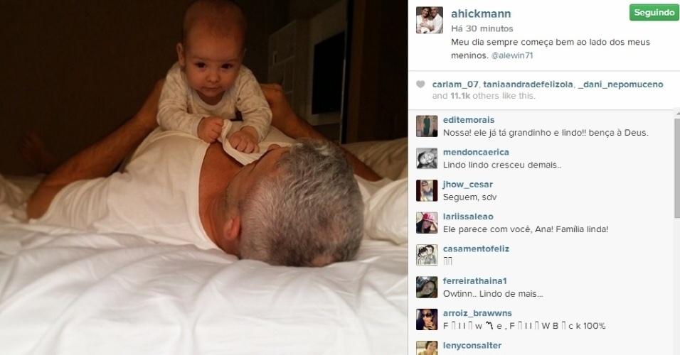 11.jul.2014 - Ana Hickmann mostra foto do filho em cima do marido, o empresário Alexandre Corrêa, que aparecem deitados na cama.