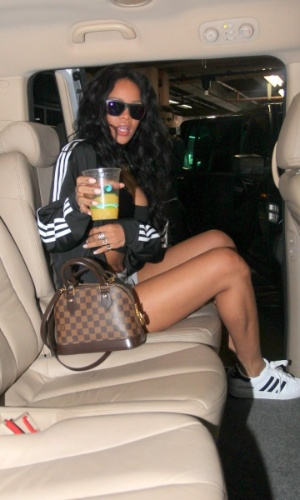 11.jul.2014 - Cantora Rihanna acena para fotógrafos ao chegar no Brasil