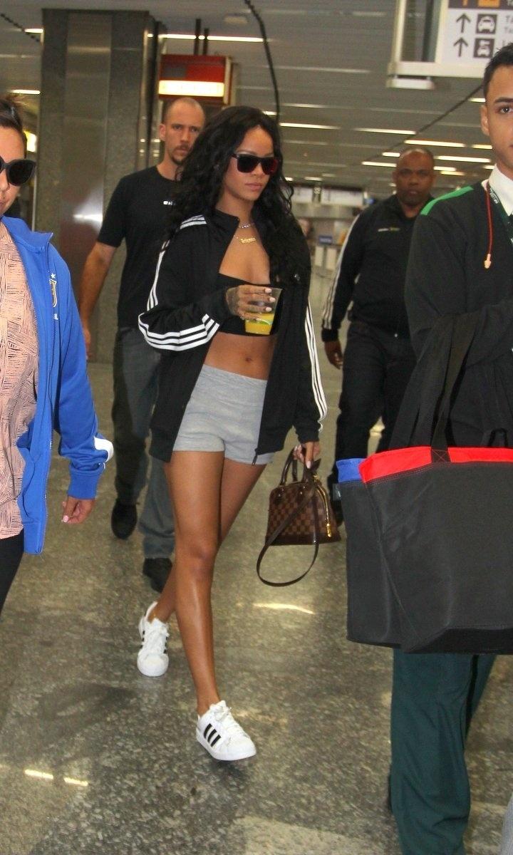 11.jul.2014 - Cantora Rihanna chega ao Brasil de barriga de fora