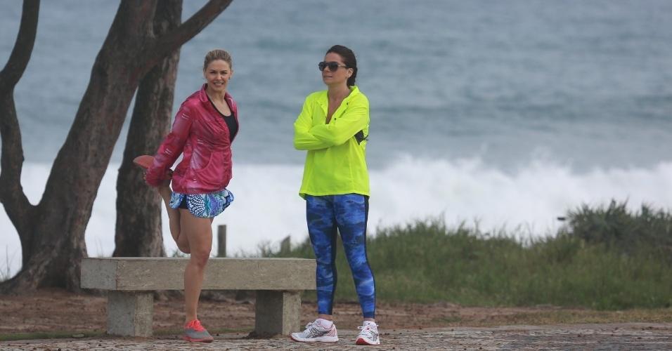 """11.jul.2014 - Bianca Rinaldi e Giovanna Antonelli gravam cenas de """"Em Família"""" no Recreio dos Bandeirantes, no Rio"""